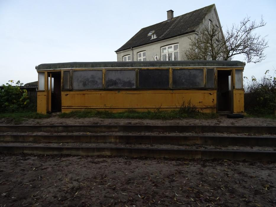 Aarhus railcar 9 in Tirsdalens Børnehave, seen from the side (2020). Tirsdalen's Kindergarten in Kristrup near Randers.