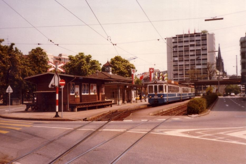Basel extra line 17 the old terminus Basel (1980). Birsigtalbahn, the vehicle combination consisting of two trailer, type B4 and a power car, type of Be 4/4, supplied 1966th