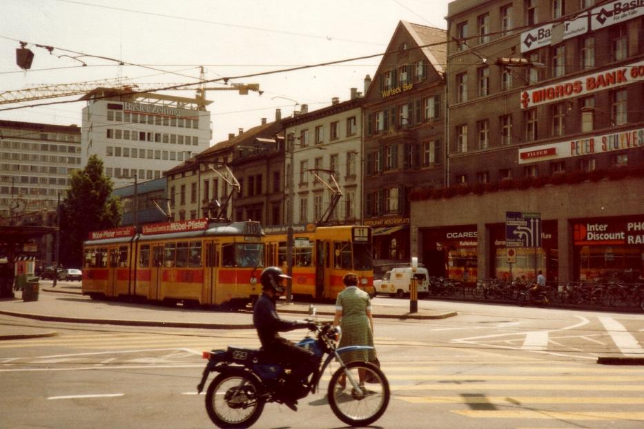Basel tram line 10 the old terminus Aeschenplatz (1982). On line 10, articulated, type Be 4/6, delivered the 1978th On line 11, articulated, type Be 4/8, delivered from 1978 to 1980.