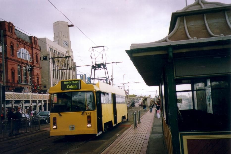 Blackpool railcar 642 on tram line T on Promenade (2006).