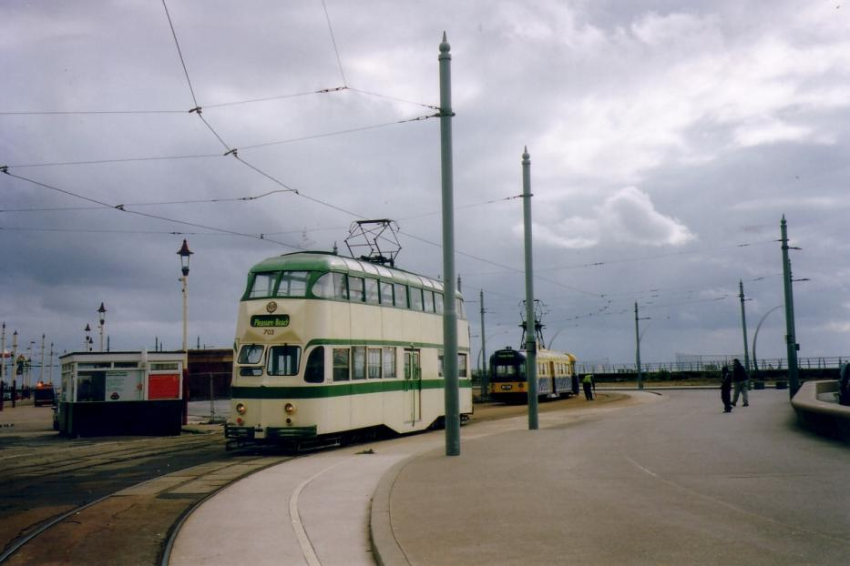 Blackpool railcar 703 on tram line T at the terminus Sandcastle/Pleasure Beach (2006). Behind holds a road train of type Twin Cars.