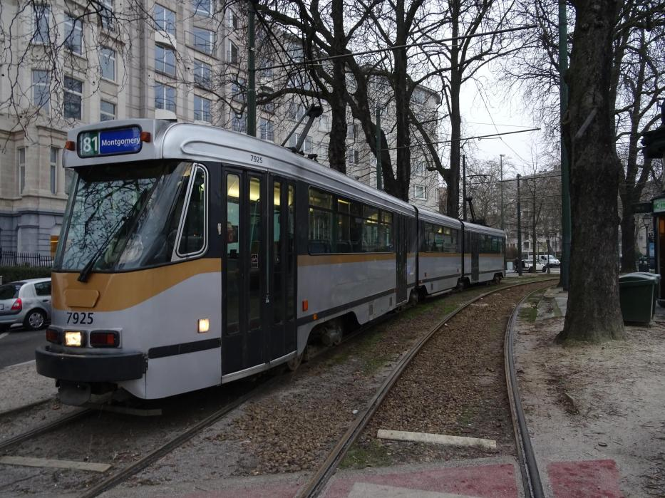 Brussels articulated tram 7925 on tram line 81 at the terminus Montgomery (2019).