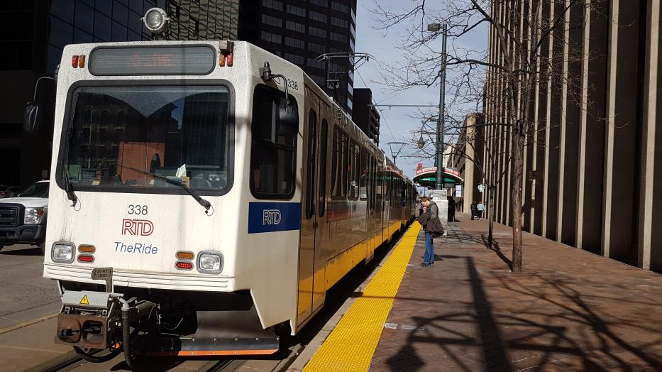 Denver articulated tram 338 on tram line D at the terminus 18th St / Stout Station (2020).