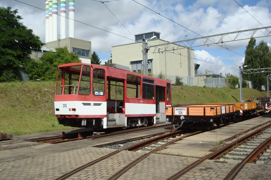 Erfurt articulated tram 310 at the depot Wagenhalle (2014). The rear of the articulated tram 310