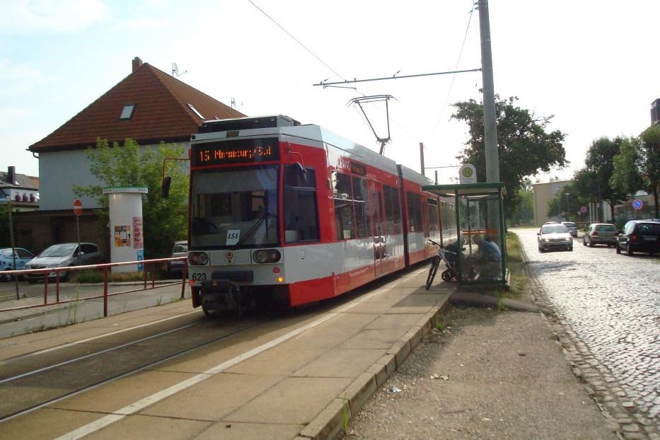 Halle (Saale) low-floor articulated tram 623 on extra regional line 15 at the stop Naumburger Straße (2014).