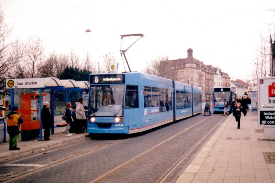 Kassel low-floor articulated tram 454 on tram line 5 at the stop Aue Stadion (1998).