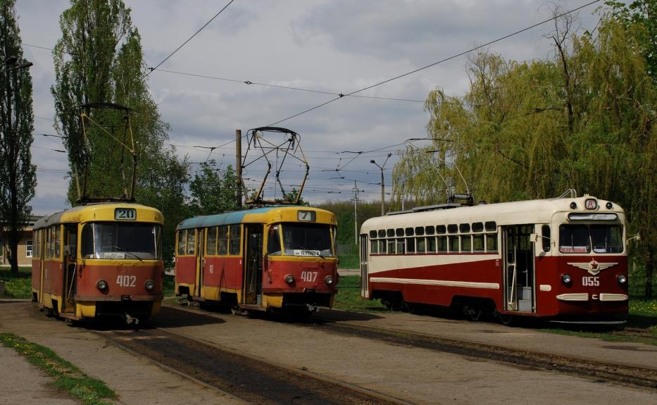 Kharkiv railcar 402 on tram line 20 at the terminus Peremohy Avenue  (2011).