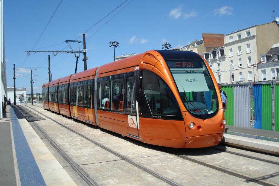 """Le Mans low-floor articulated tram 1023 """"Cénomane"""" on tram line T1 at the stop Gares (2010)."""