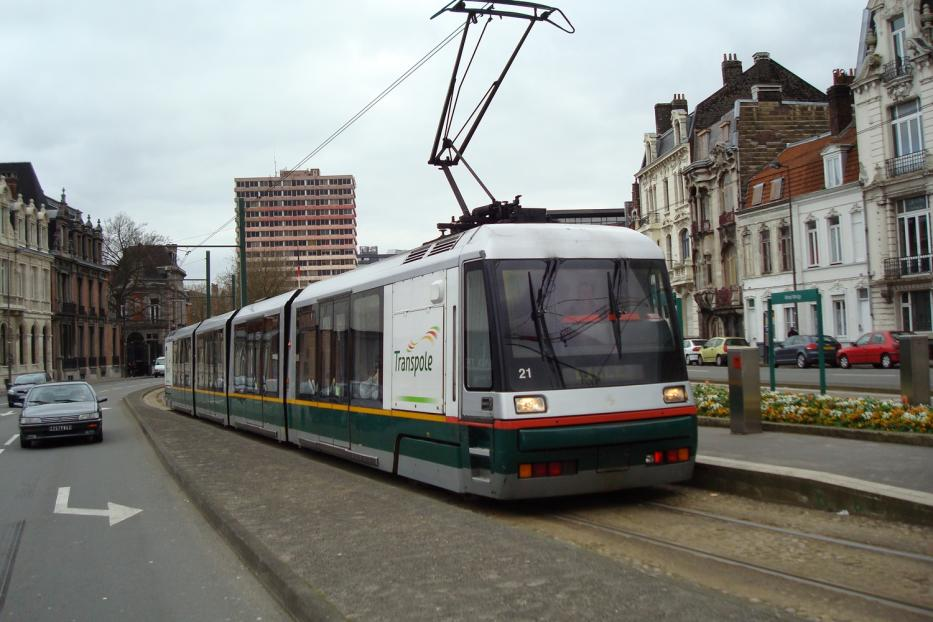 Lille low-floor articulated tram 21 on tram line R at the stop Alfred Mongy (2008).