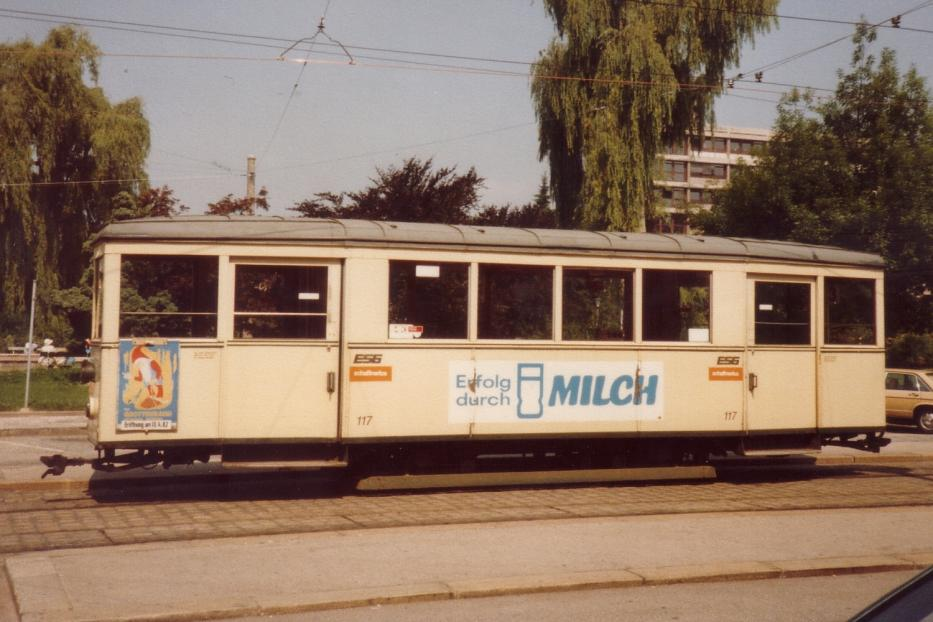 Linz sidecar 117 on tram line 3 the old terminus Hauptbahnhof (1982). The faces in the end station, there was no turning loop so the trailer car waiting for the next vehicles. There is now a tram tunnel.