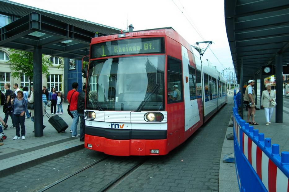 Ludwigshafen low-floor articulated tram 205 on Mannheim tram line 1 at the stop Hauptbahnhof (2009).