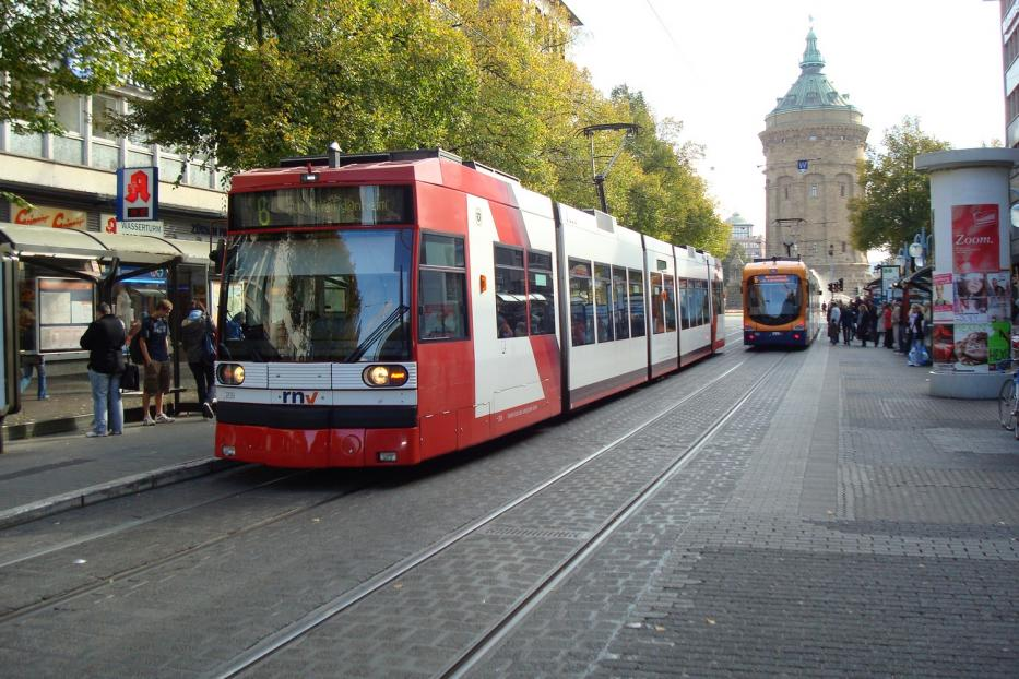 Ludwigshafen low-floor articulated tram 209 on Mannheim tram line 6 at the stop Wasserturm (2009).