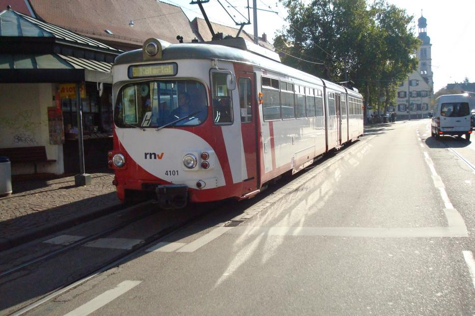 Mannheim articulated tram 4101 on Heidelberg regional line 5 at the stop Seckenheim Rathaus (2009).
