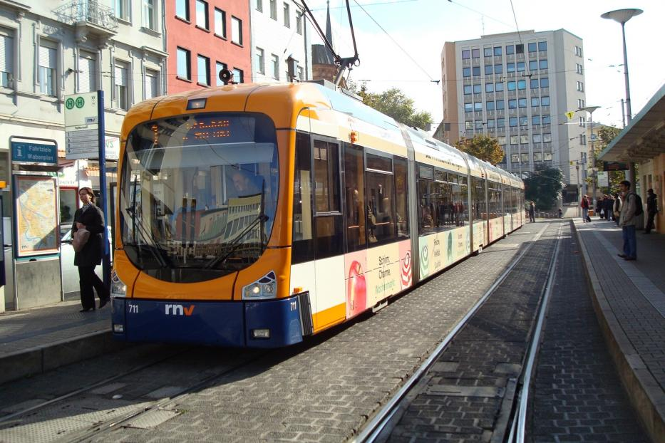 Mannheim low-floor articulated tram 711 on tram line 1 at the stop Tattersall (2009).