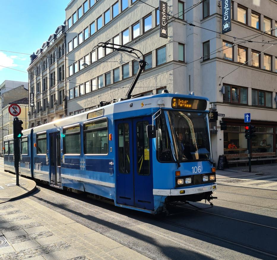 Oslo articulated tram 106 on tram line 12 in the intersection Drottnings gata / Prinsens gata (2020).