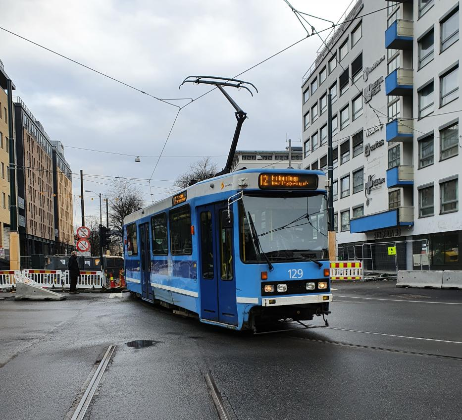 Oslo articulated tram 129 on tram line 12 in the intersection Storgata/Hausmanns gate (2020).