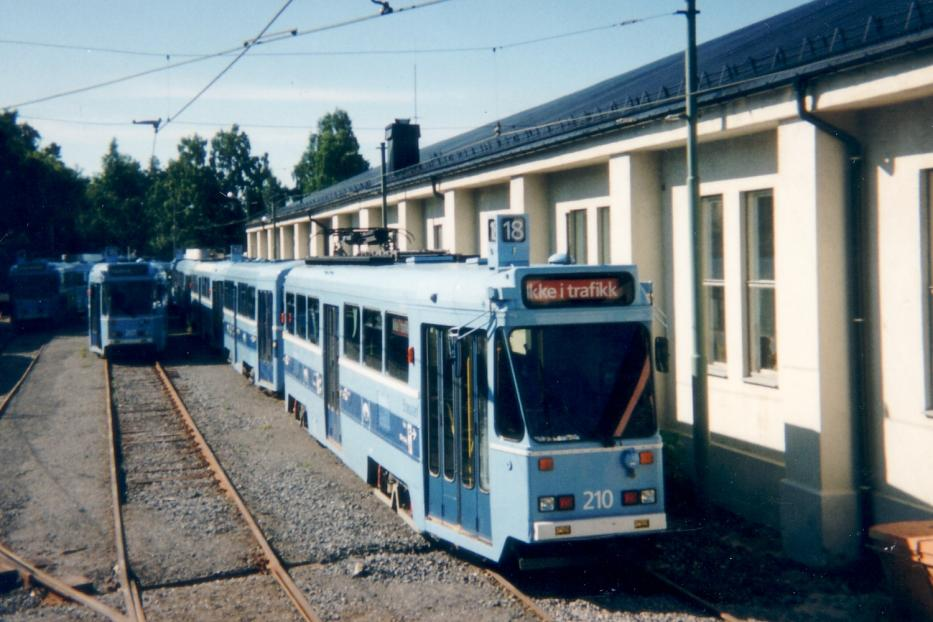 Oslo railcar 207 in front of the depot Holtet (1995).