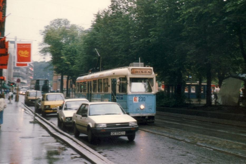 Oslo railcar 230 on extra line 15 on Stortingsgate (1987).