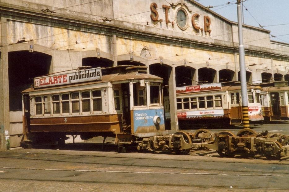 Porto railcar 175 in front of the depot Boavista (1988). Broken-up railcar 175. The shed is now demolished.