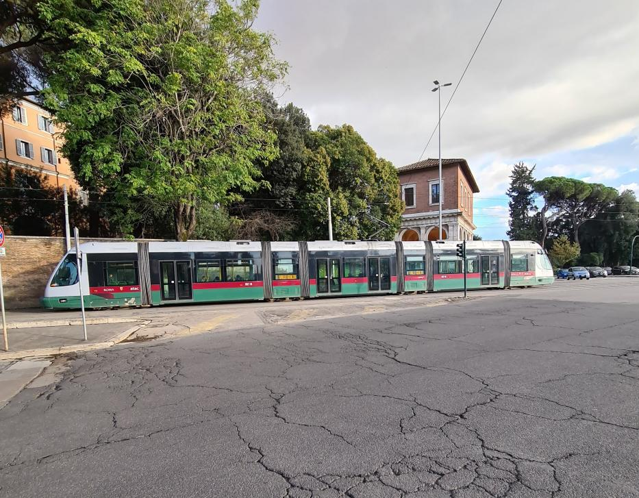 Rome low-floor articulated tram 9218 on tram line 3 on Viale Aventino, seen from the side (2020).