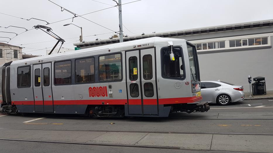 San Francisco articulated tram 1405 on tram line N Judah in the intersection Irving St. & 9th Ave (2021).
