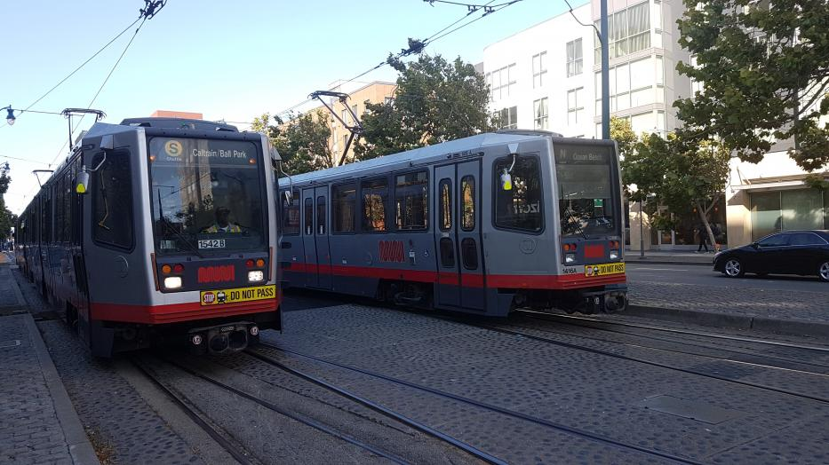 San Francisco articulated tram 1542 on party line S Shuttle at the stop 4th Street & King Street (2018).