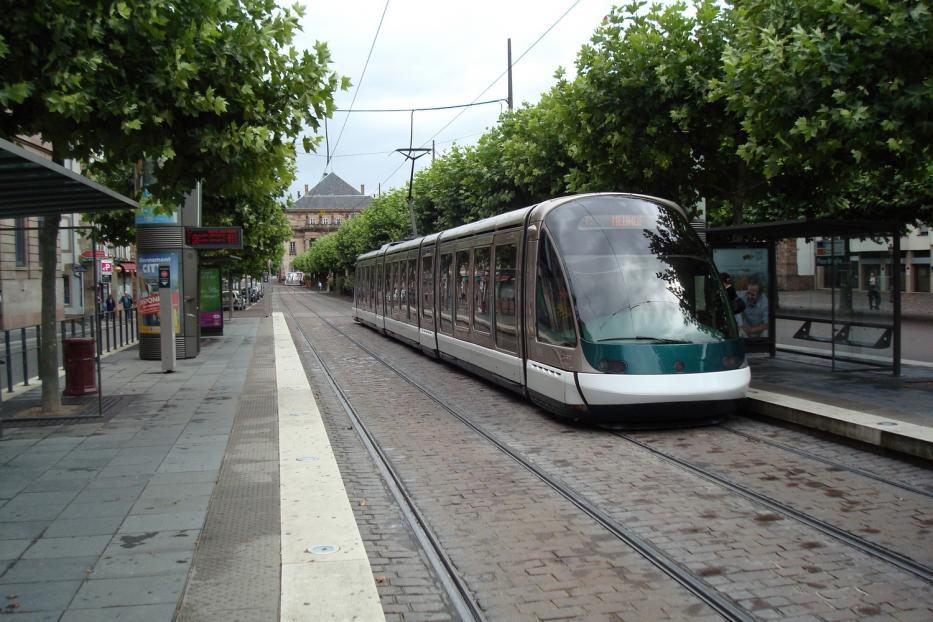 Strasbourg low-floor articulated tram 1015 on tram line C at the stop Place Broglie (2008).