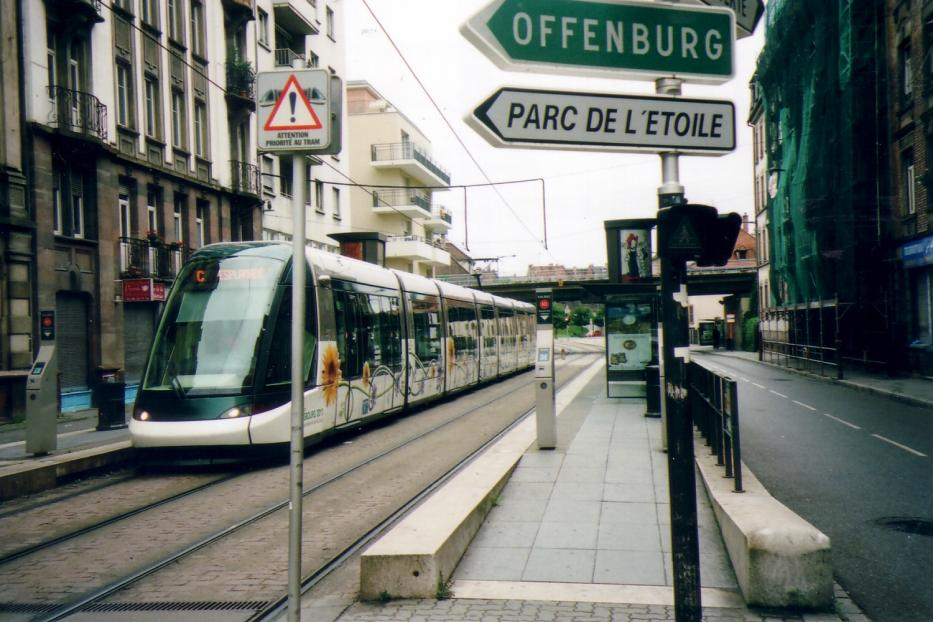 Strasbourg low-floor articulated tram 2027 on tram line C at the stop Laiterie (2007).